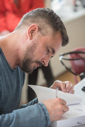 Séance de signatures - Olivier Minne